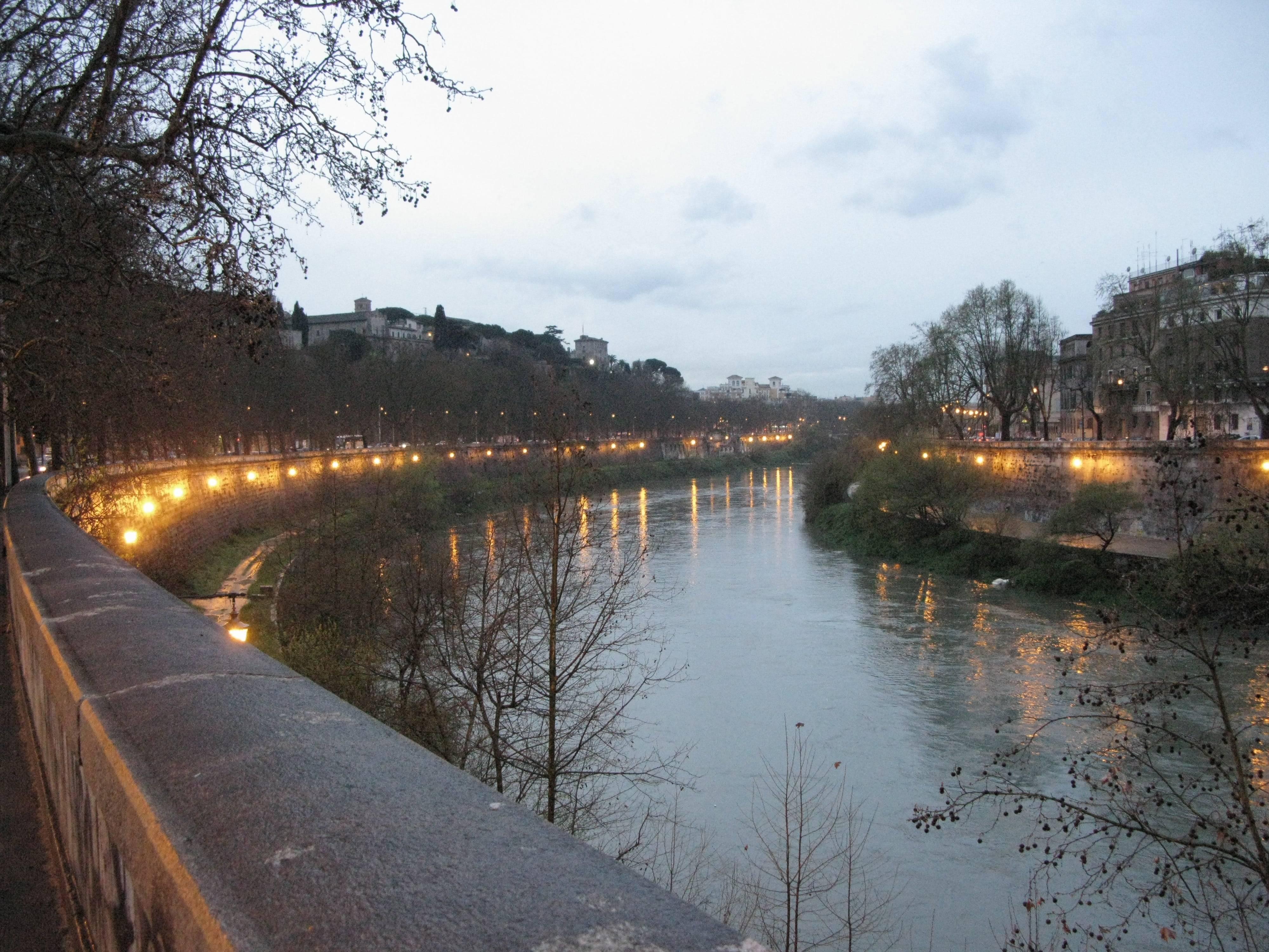 Roma, suicidio nel Tevere: si cercano i corpi delle gemelle