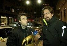 Valerio Staffelli, inviato di Striscia la Notizia si reca da Fedez per la consegna del tapiro in merito alla storia raccontata da Corona