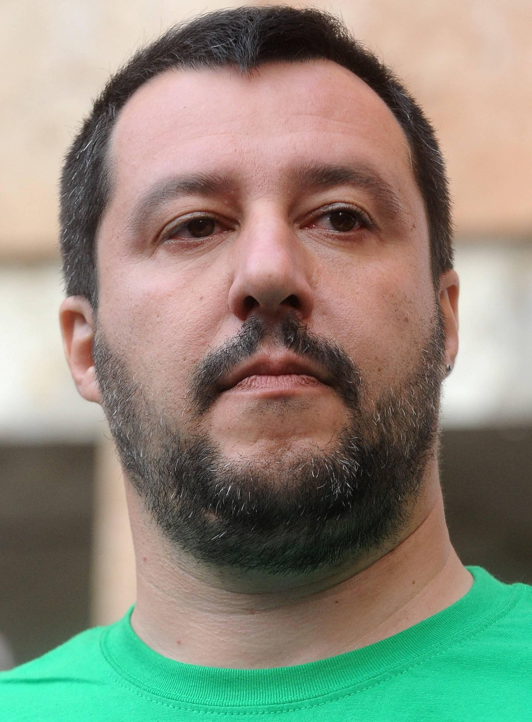 Scuola, grembiule obbligatorio: l'idea di Salvini piace al centrosinistra