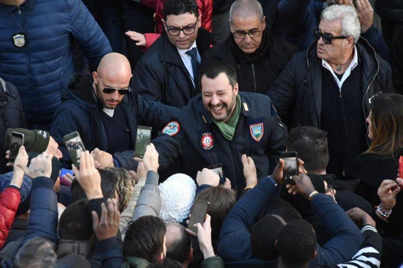 Matteo Salvini fa visita ai cittadini di Afragla, a Napoli.  Il popolo di Napoli lo ha accolto tra baci, abbracci, selfie e baciamano