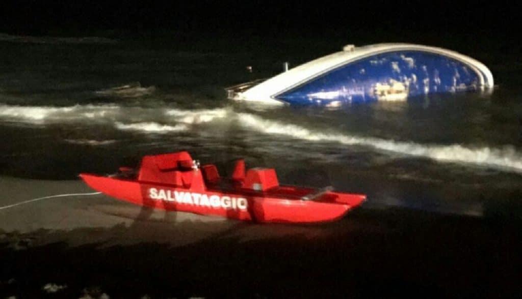 Crotone, barca di migranti si arena: soccorsi dai cittadini