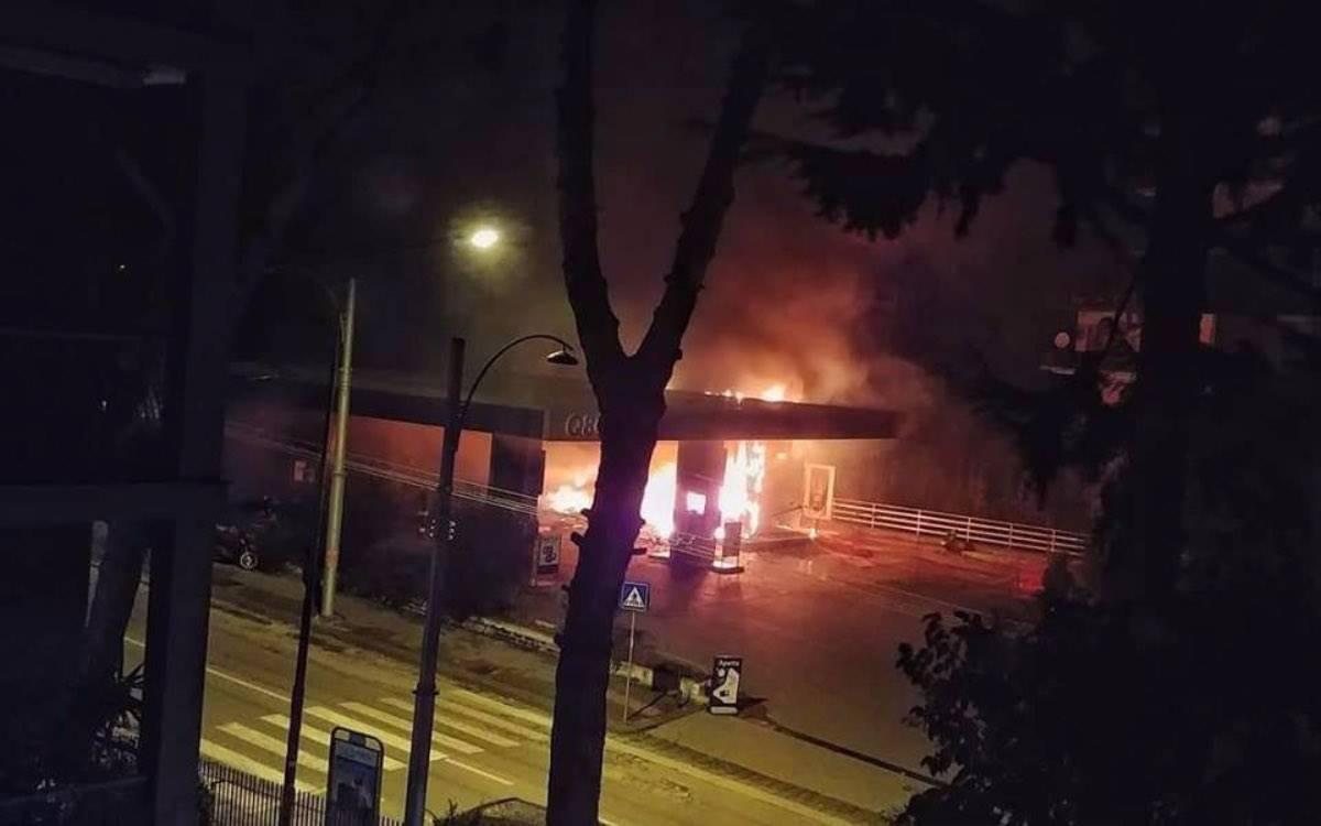 Napoli, esplode distributore di benzina: incendio ai Colli Aminei