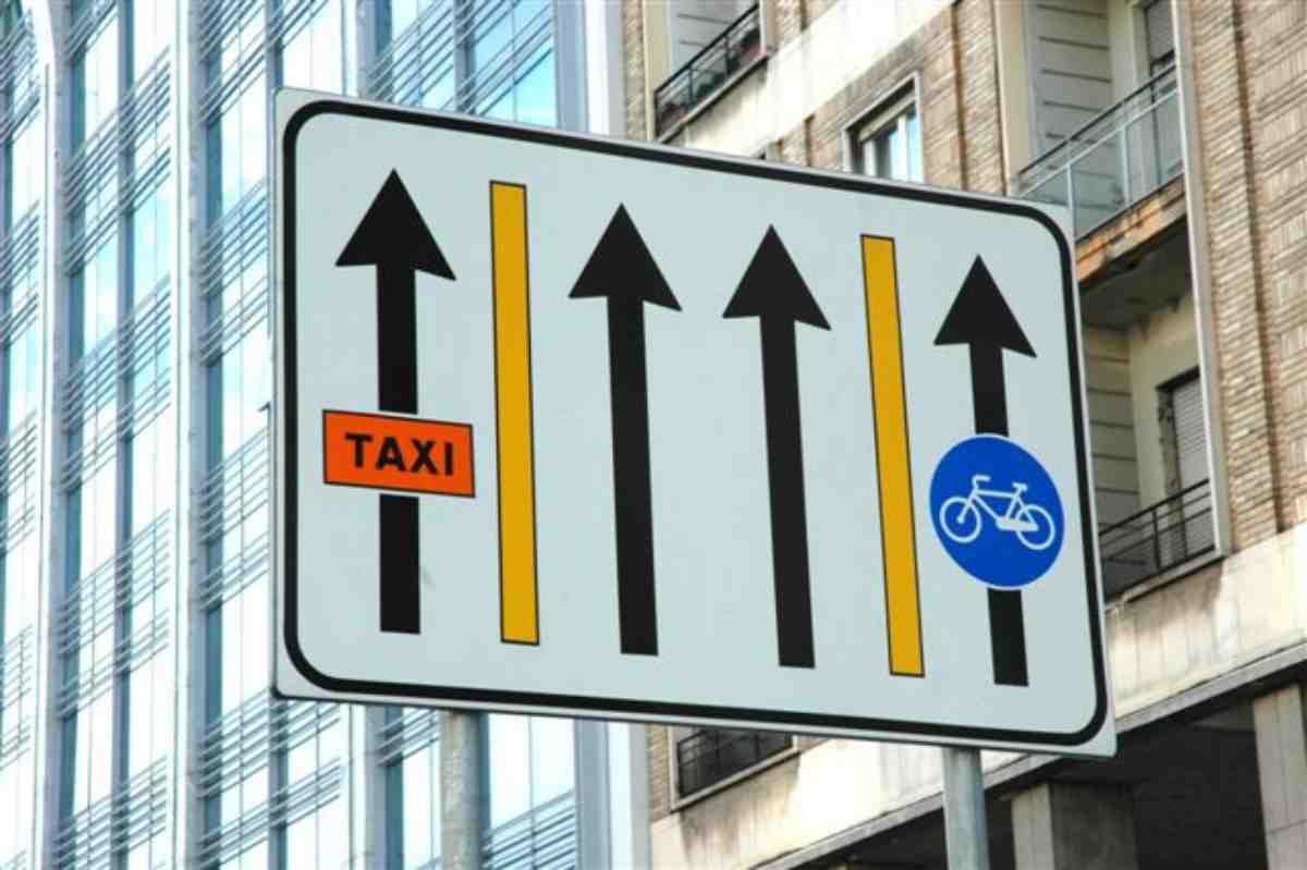 codice della strada bici contromano fumo auto