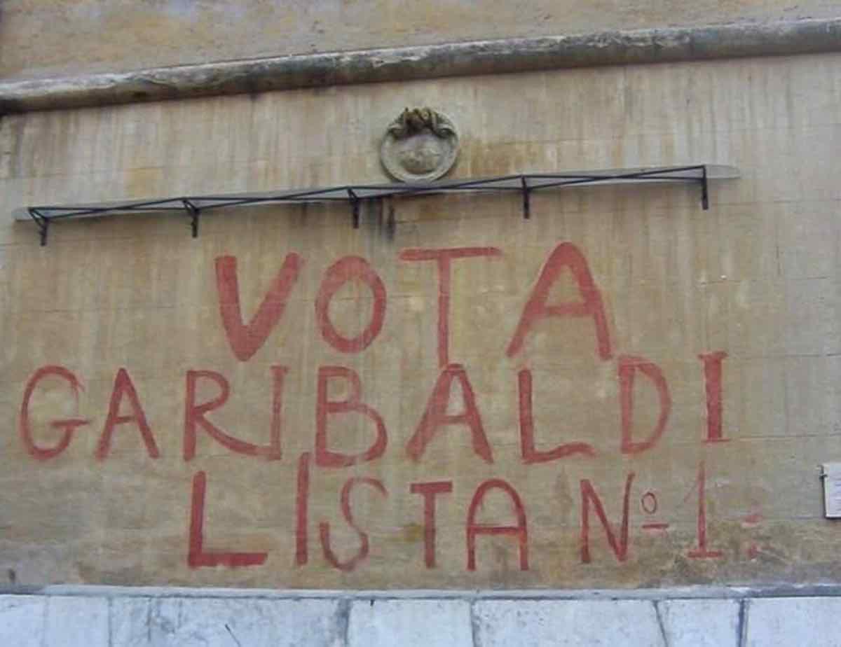 """Roma, Garbatella: il Campidoglio cancella la scritta storica """"Vota Garibaldi"""""""