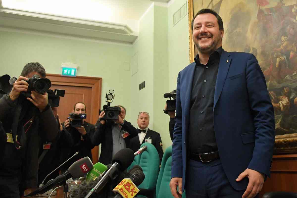 Taser, in arrivo a giugno le pistole elettriche: l'annuncio di Salvini