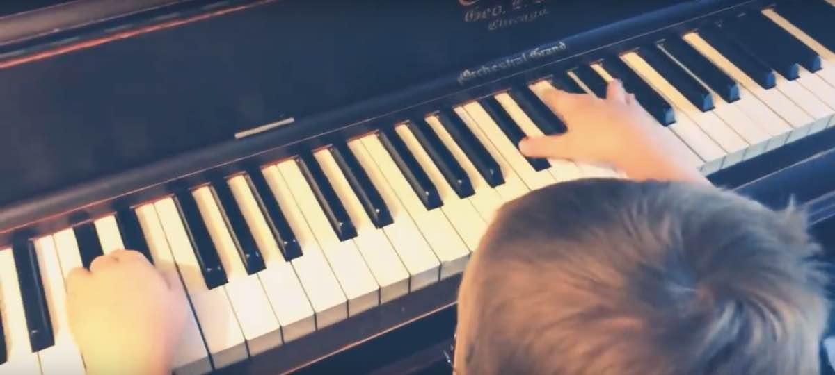 Avett, 6 anni e quasi cieco, suona Bohemian Rhapsody: il video è virale