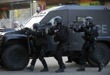 Lourdes, ex militare armato si barrica in casa con due ostaggi