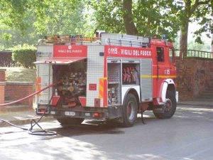 Roma, Appio Latino: incendio in un appartamento, uomo sul cornicione