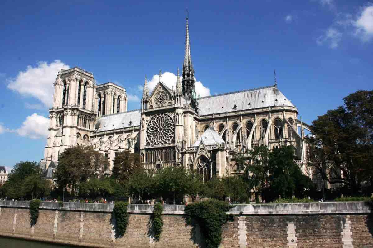 Notre-Dame, la vignetta macabra di Charlie Hebdo: insulti sui social