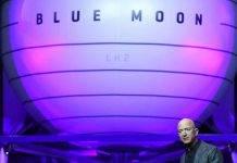 """Amazon, Jeff Bezos presenta """"Blue Moon"""": """"porterà gli uomini sulla Luna"""""""