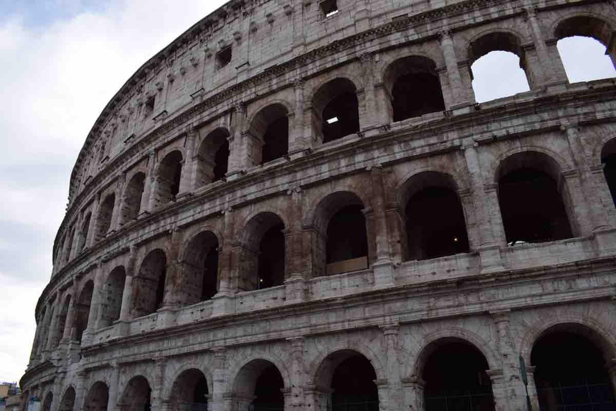 Roma, uomo minaccia di gettarsi dal Colosseo per protesta: allarme rientrato