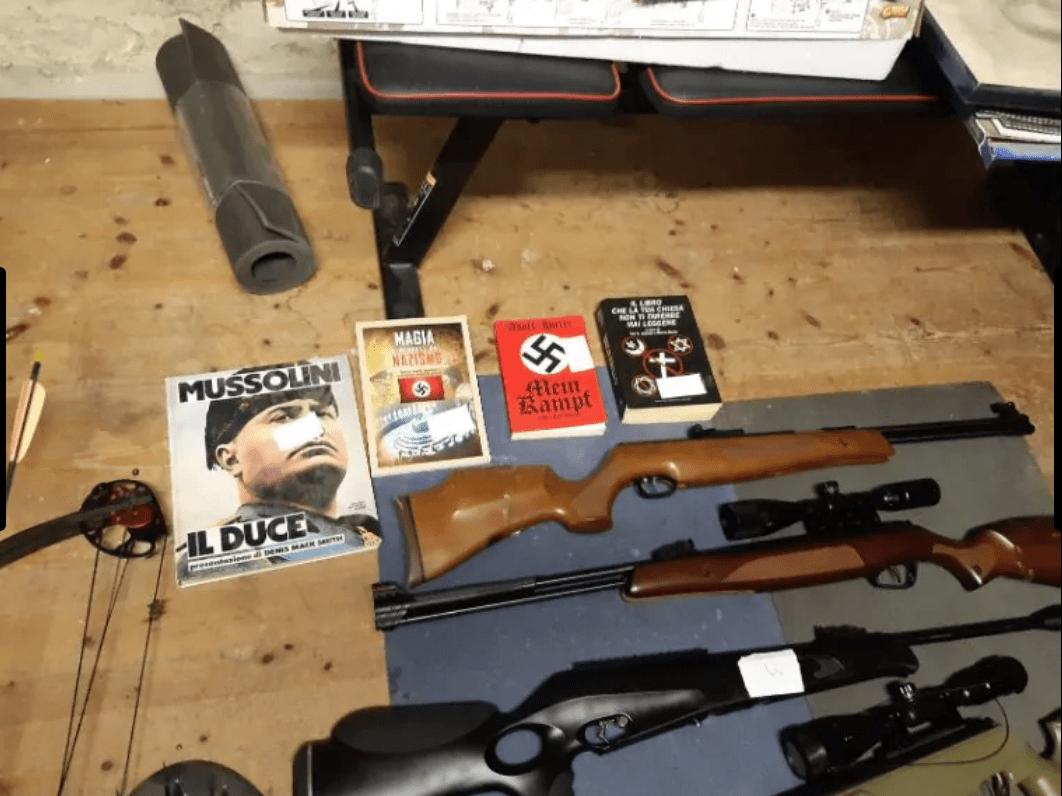 Armi e libri su fascismo e nazismo