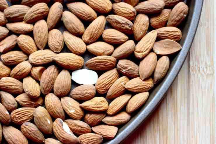 Mandorle: quante mangiarne, benefici, effetti e utilità