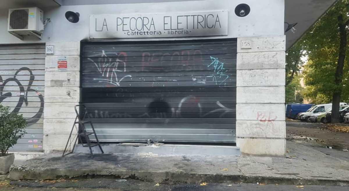 """Roma, in fiamme locale adiacente alla libreria """"La pecora elettrica"""""""
