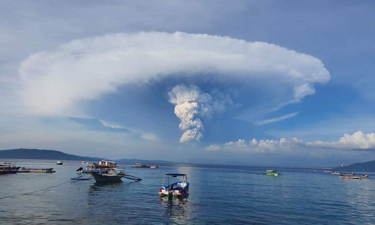 Filippine, eruzione del vulcano Taal: paurosa e spettacolare - VIDEO