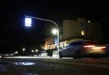 Auto che sfreccia nella notte