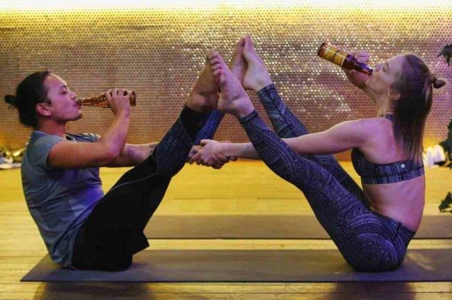 Cos'è lo Beer Yoga, la pratica di fare yoga bevendo birra