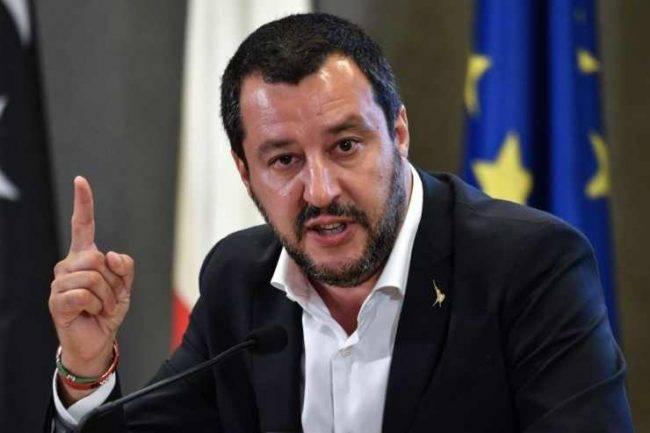 Il ministro Salvini minacciato di morte su Twitter, è choc