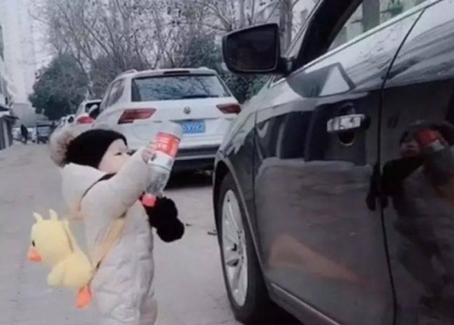 Bimbo restituisce bottiglia di plastica