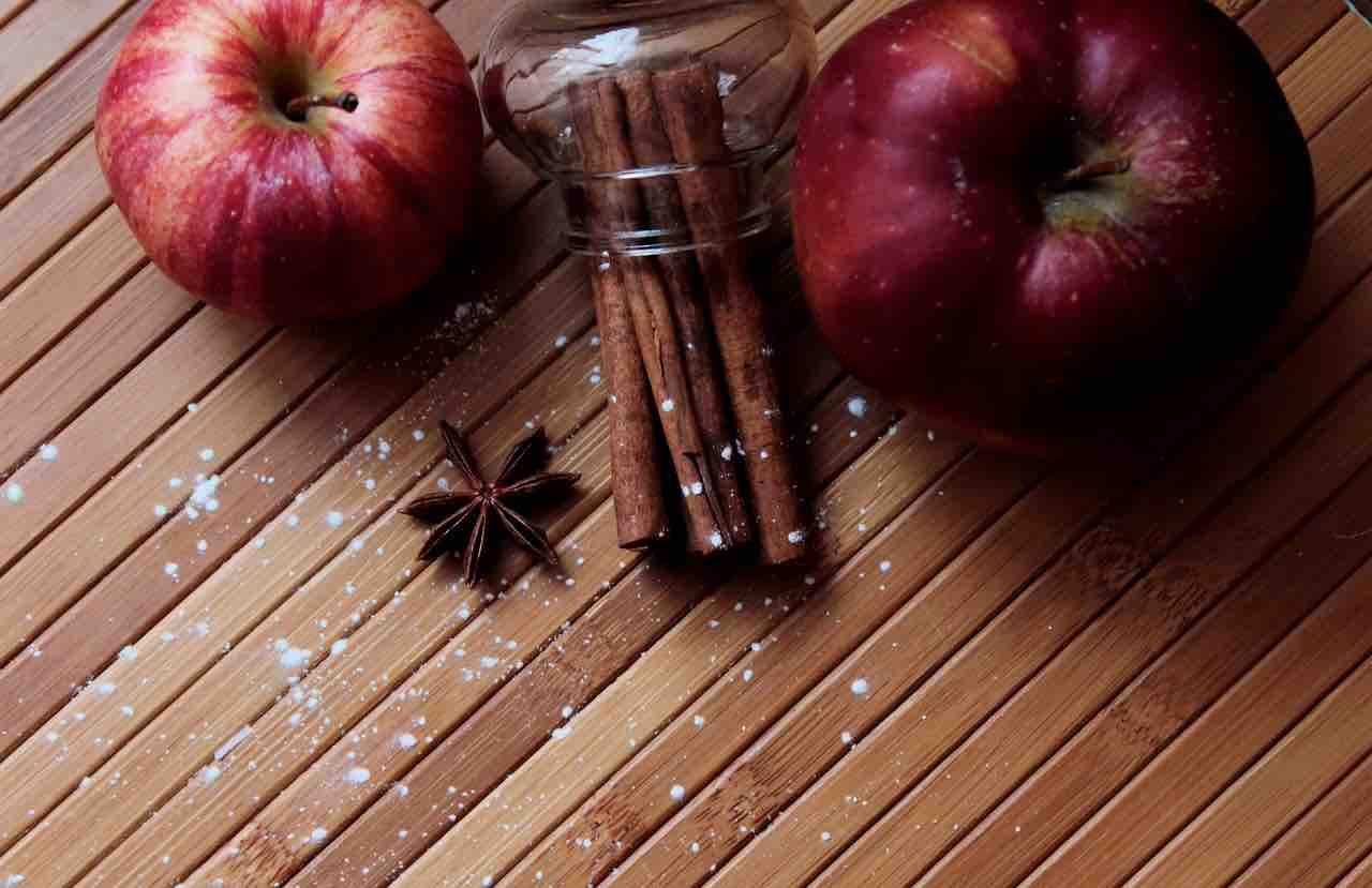 Mela e cannella, benefici e proprietà: ecco perché aiutano a perdere peso