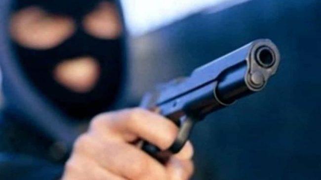 Milano, cassiera sventa una rapina impietosendo il ladro