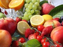 Perché mangiare frutta fa bene? Ecco come vi farà sembrare più giovani