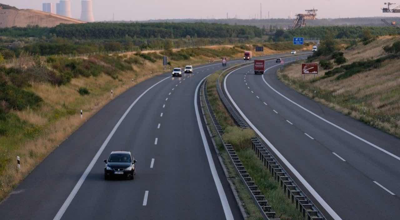 Codice della strada, nuove norme: smartphone e alta velocità nel mirino