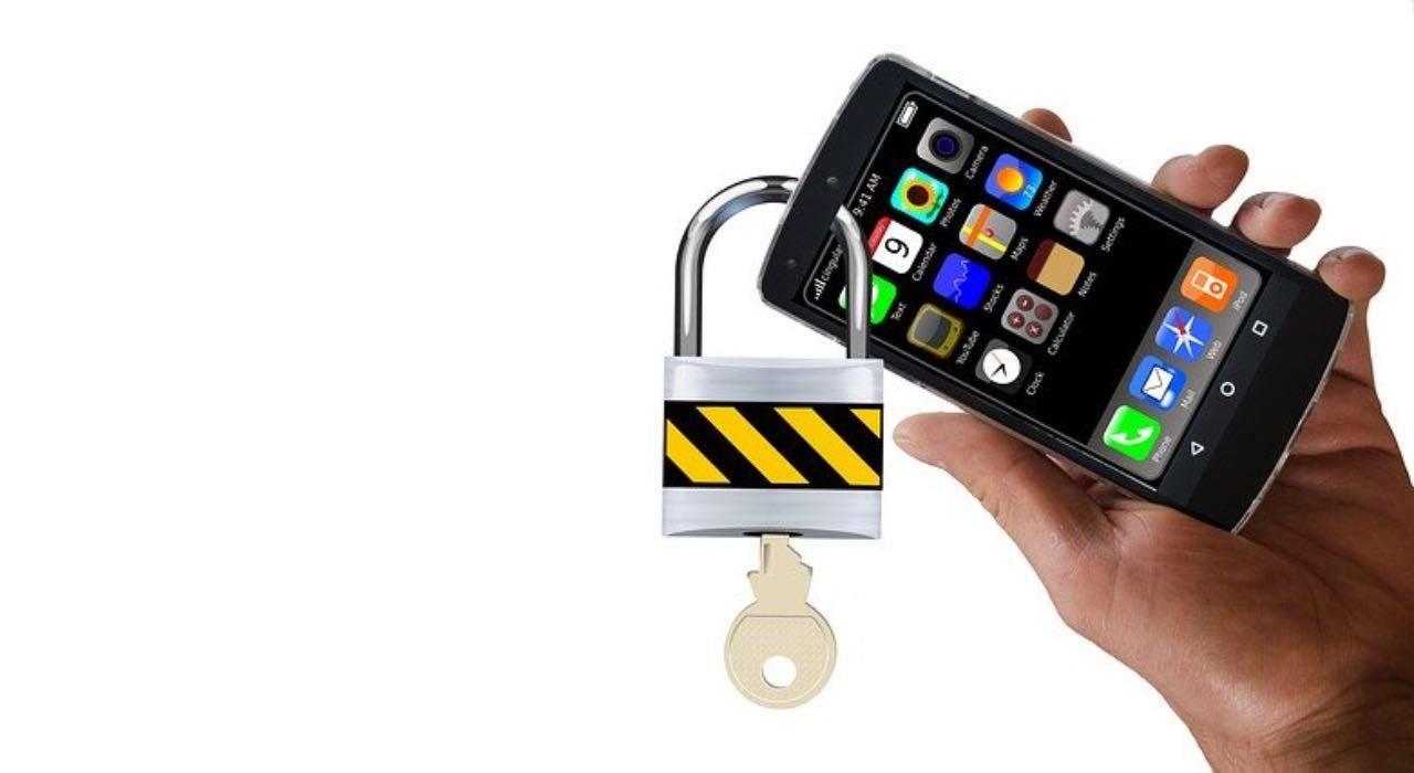 """Da Tinder a Grindr, le app dating sotto accusa: """"una folle violazione"""""""
