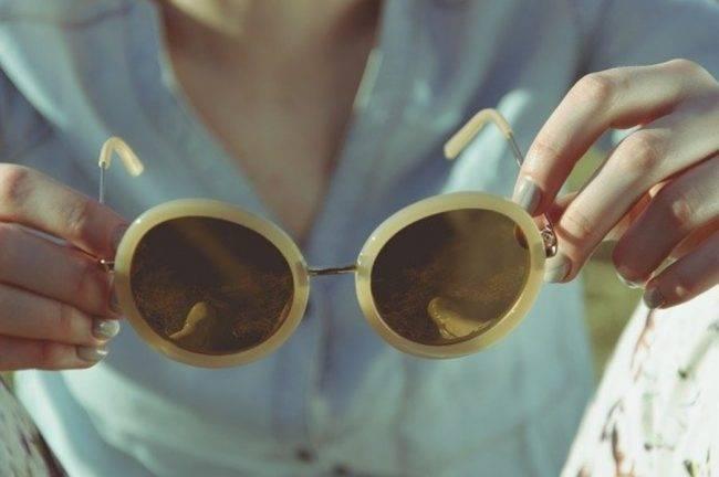indossare occhiali da sole per prevenire le rughe