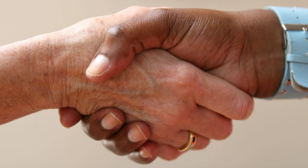 Test personalità, come stringi la mano? Tre modi per scoprire chi sei