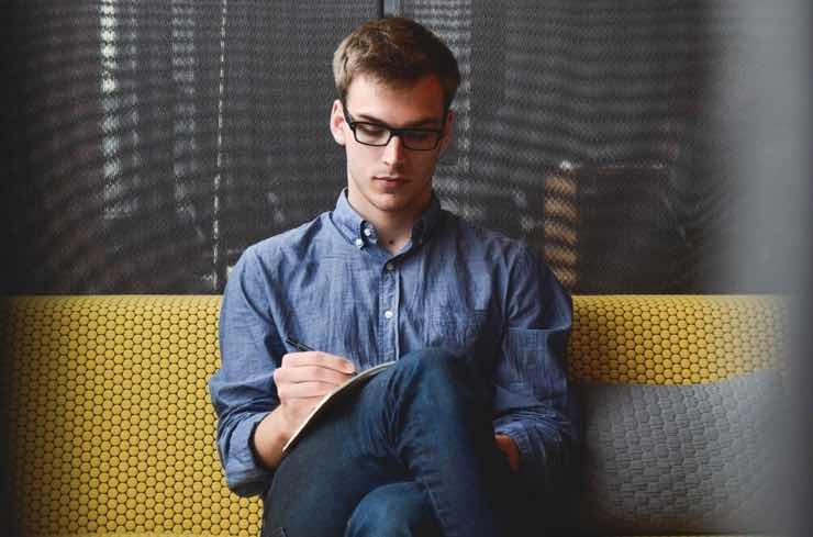 Test personalità: come ti siedi ti dirà chi sei: linguaggio del corpo