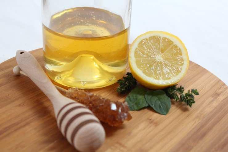 Acqua calda e miele al mattino: un portento per il sistema immunitario