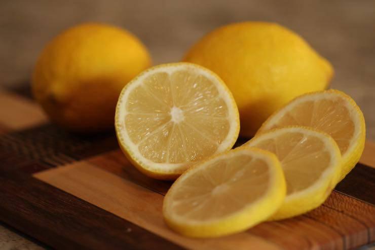 Capelli grassi, rimedi naturali: il limone può davvero fare miracoli?