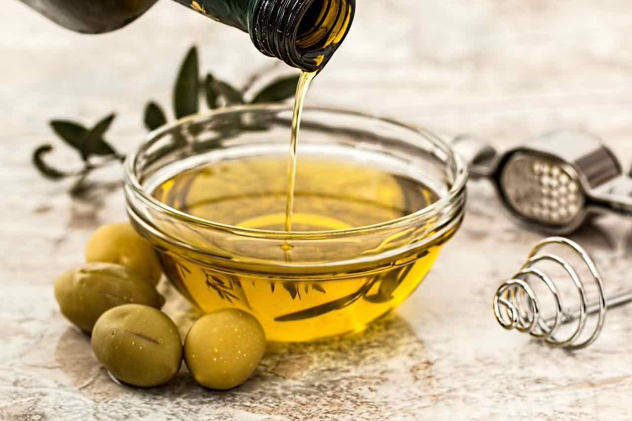 Olio extravergine d'oliva: preso così aiuta il cuore ed è miracoloso per ...