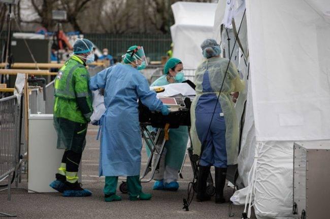 Covid-19, medici a lavoro