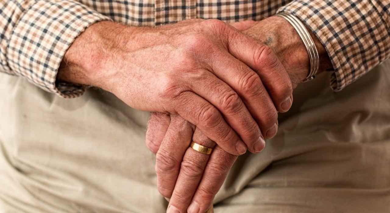 Coronavirus, l'anziano commuove l'Italia con questo gesto - FOTO