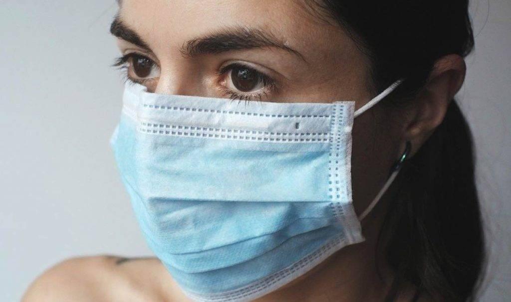 Coronavirus, donna si sdraia in strada: un gesto disperato