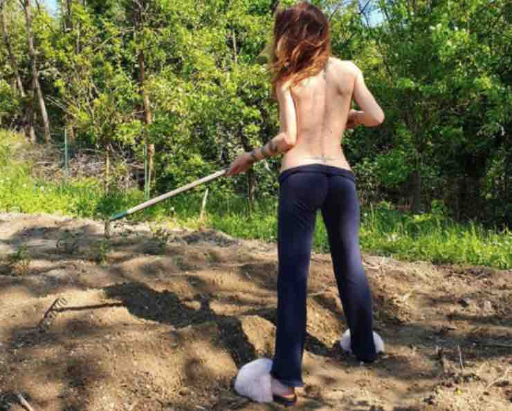 Naike Rivelli, contadina da capogiro: senza veli tra i campi