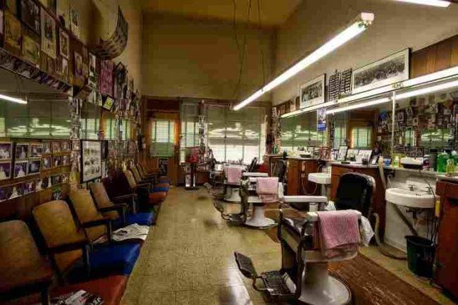 Napoli: la protesta dei barbieri che tagliano i capelli in piazza