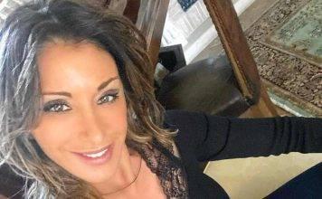 Sabrina Salerno: profonda scollatura, chiodo di pelle e un g
