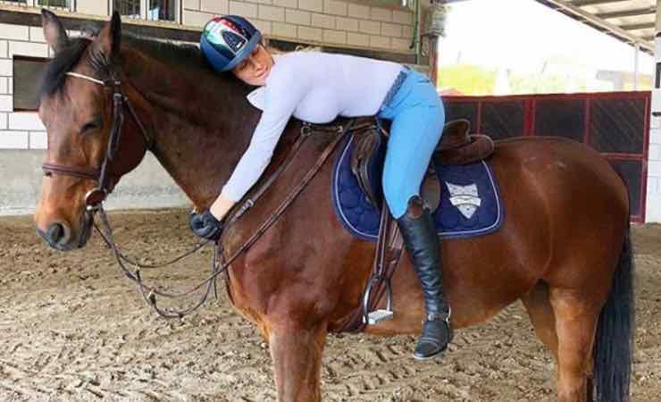 Paola Caruso, la gioia è incontenibile: l'abbraccio al cavallo - FOTO