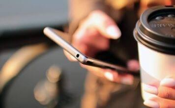 La città che vuole rendere illegale lo smartphone mentre si