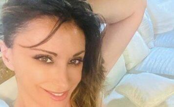 Sabrina Salerno mostra la scollatura abbondante: follower pazzi di lei!