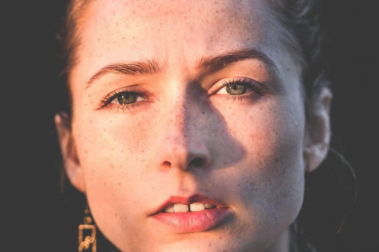 Rughe d'espressione ed abbronzatura: come rendere la pelle più elastica?v