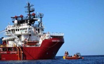 Allarme sulla Ocean Viking, migranti minacciano di gettarsi