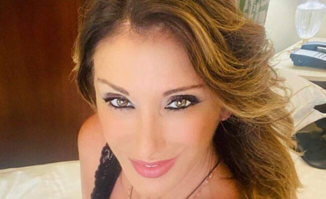 """Sabrina Salerno da urlo: sirena in piscina dai """"baci magici"""""""