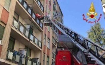 Madre chiude bambini piccoli al caldo sul balcone e se ne va: doveva fare la spesa