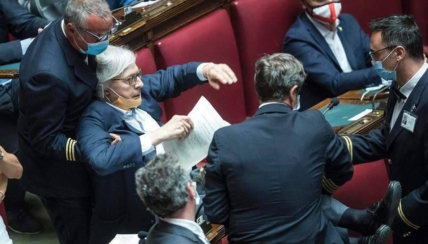 """Sgarbi scatenato sul bonus ai deputati: """"Fico ignorante e Di Maio capra"""""""