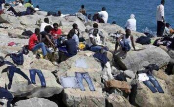 """La Francia non vuole migranti, loro al confine: """"Italiani di mer**"""""""