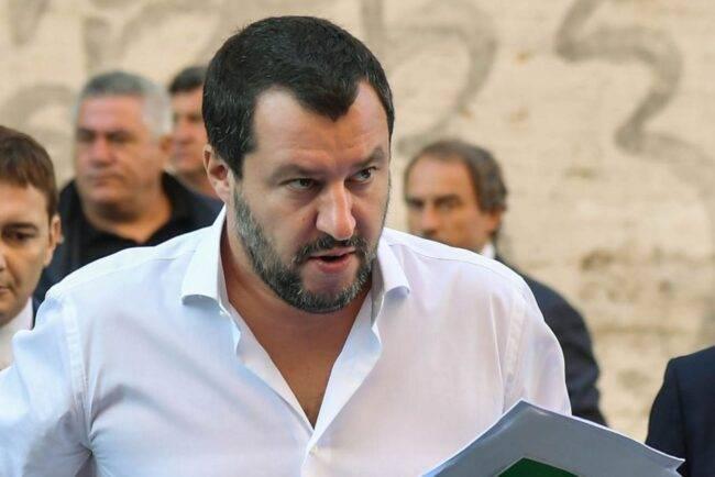 """La Sea Watch avvicina Palermo, Salvini: """"Denunceremo il Governo"""""""